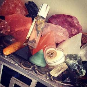 ☺️🌅 Warm Sunday Vibrations to you ❤️ Wearing #truth and #surfside gem and botanical oil and perfume solid mixed - beachy coppery coconutty tones of the solid marrying vetiver and sandalwood from Truth. Warm like a loving sandy hug! Enjoy your day! Regular Saturday auction ends tonight at 9pm EST🌅 #crystals #crystalinfused #visionaryart #joy #passion #art