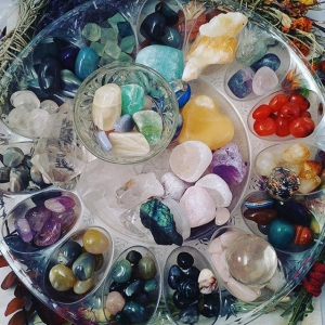 ✨Packing - like all these Rolling Stones - another show tomorrow in Toms River NJ at Open Minded - Please come kick it! Fun stuff going down all day - food , music, cool kids 💎 I'm having a gem show and doing free henna tats! Sending you all tons of love and Caturday night fevah!! #birthdaygirl #artist #gemstones #minerals #polishedgems #tumbledgemstones #quartz #carnelian #calcite #crystalhealing #crystalinfused #bybethkaya
