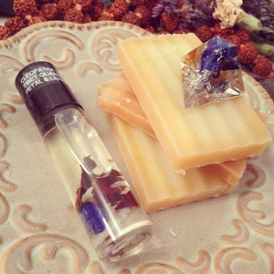 ✨?Good Monday Morning!?✨ How is it going?? I am excited because I have opened the door up to some collab offers this month! Tonight I'm going to participate in a fun & spooky loop where my winner will receive this #lapis infused #cleopatra oil and #orgone as well as this dragons blood and patchouli soap and a bunch of other yummy prizes ☺️? So be sure to check in tonight at 9pm est! I hope you have a good day and feel super stellar vibes! *Pew pew pew* ⚡️those are my love laser beams ?☺️?⚡️